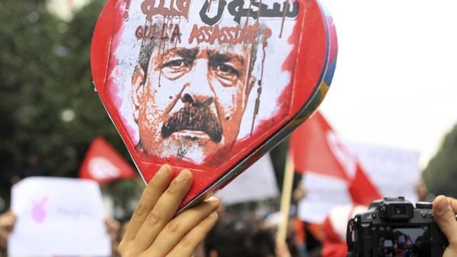 Demonstranten in Tunis mit einem Bild des ermordeten Oppositionspolitikers Belaid (Archiv)