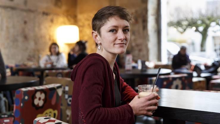 Die 23-jährige Moira Walter im Restaurant / Bar Soleure, wo sie ihre Ansichten zum Thema Gleichstellung offenlegt.