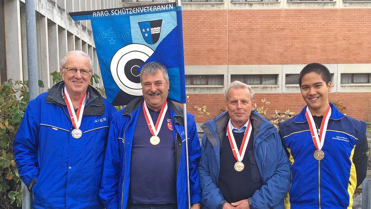 Vier Einzelmedaillen gewonnen: (von links) die drei Pistolenveteranen Robert Bart, Harold Baur und Hans Rudolf Merz sowie der Gewehrschützenjunior Christian Vock.