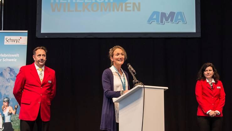 Gesundheitsdirektorin Susanne Hochuli eröffnet die AMA – im Beisein von Stadtführerin und Stadtführer aus Aarau.Mathias Marx