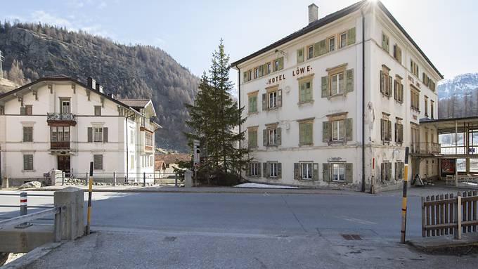 """Blick auf die """"Weisse Villa"""", links: Sie soll erhalten, aber verschoben werden, damit an der Julierstrecke ein Strassenengpass verschwindet."""