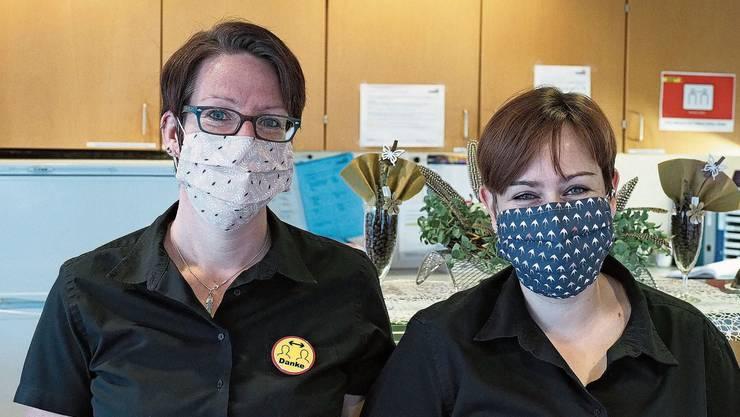 Selbst genäht und freundlich: Hygienemasken für das Servicepersonal.