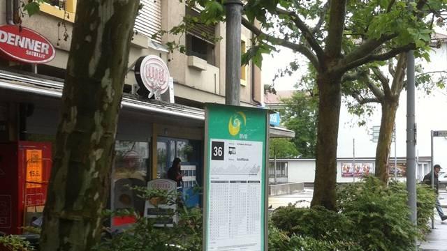 Ein 31-Jähriger wird an einer Bushaltestelle überfallen