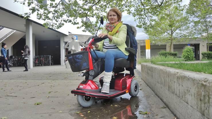 Yassmin Busse freut sich über ihren neuen Scooter. Nun hofft sie, dass die Diebe ihres alten Scooters geschnappt werden.