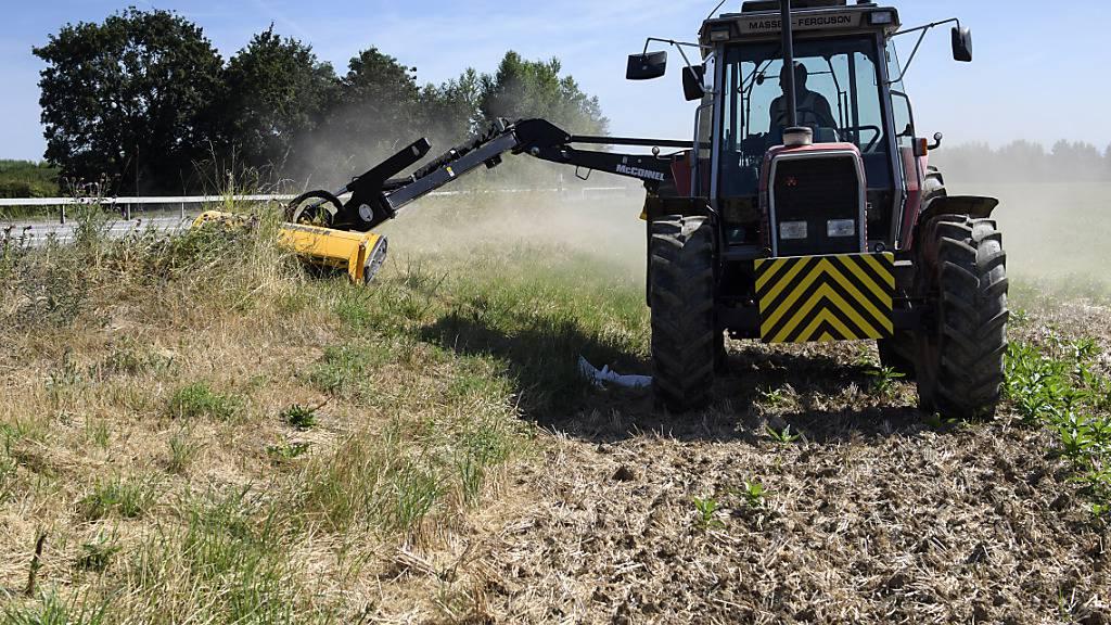 Töten jedes Jahr tausende Jungtiere: Mähmaschinen in der Landwirtschaft während der Brutzeit (Archivbild aus dem Kanton Genf im Jahr 2016).
