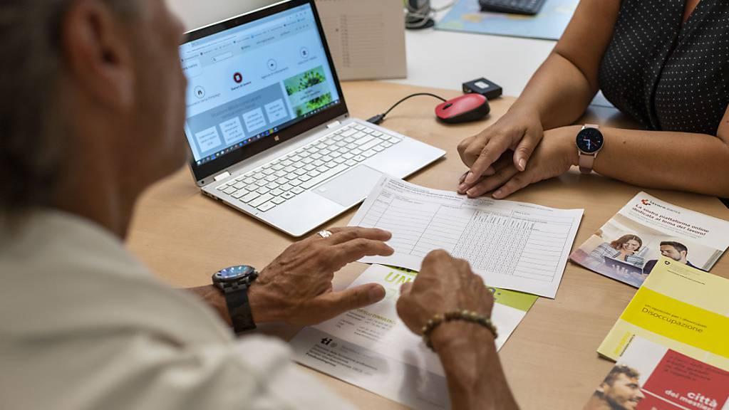 Eine Beratungssituation im Regionalen Arbeitsvermittlungszentrums (RAV) in Locarno, aufgenommen am 3. Juli 2020. (Symbolbild)