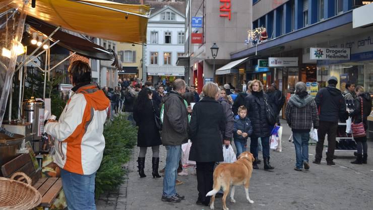 Sonntagsverkauf in Aarau: Auf der Suche nach dem passenden Weihnachtsgeschenk.