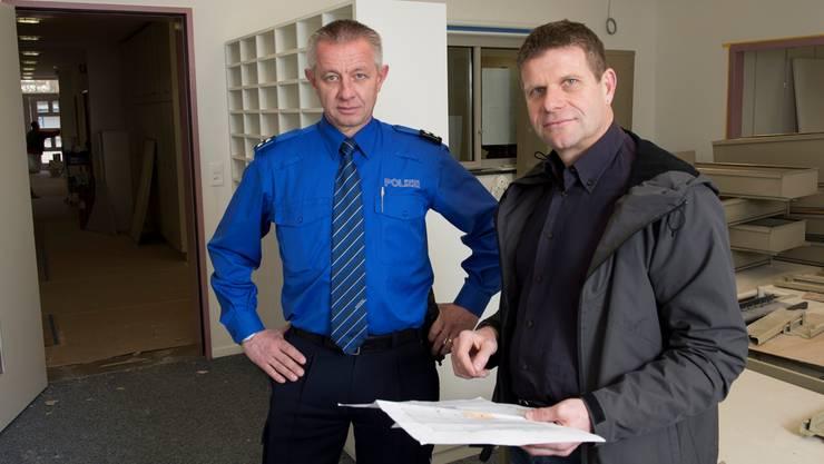 Hier an der Landstrasse 89 entsteht die neue Einsatzzentrale der Regionalpolizei Wettingen-Limmattal: Polizeikommandant Roland Jenni (links) und Architekt Martin Egloff auf der Baustelle. Alex Spichale