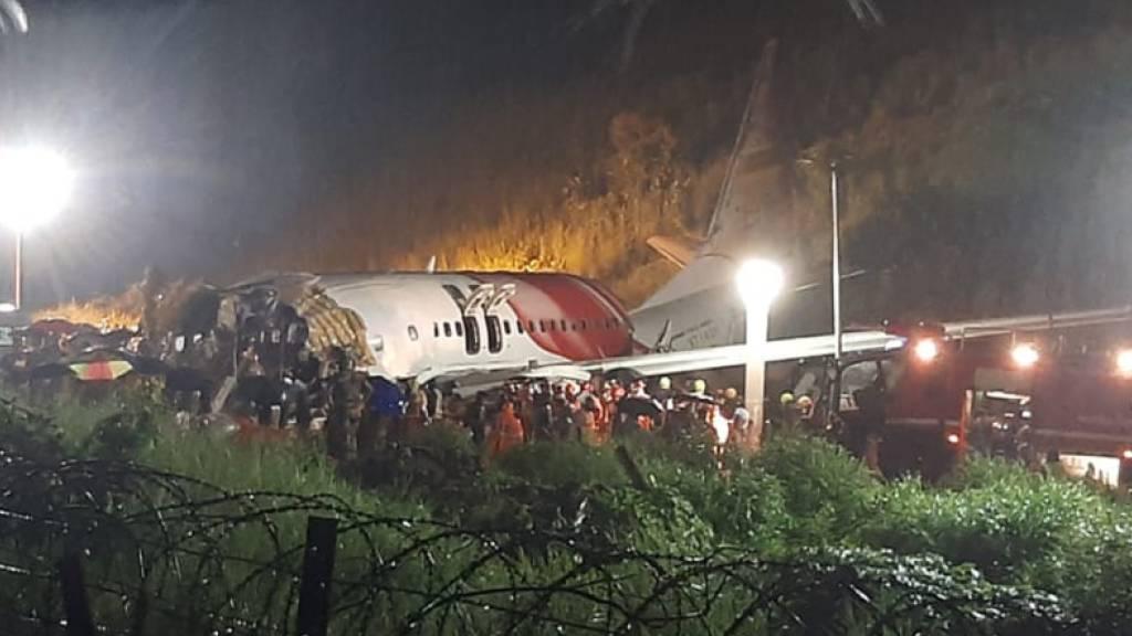 Flugzeug bei Landung in Indien verunglückt - Mindestens 15 Tote