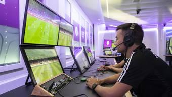 Der Video Assistant Referee (VAR) verfolgt das Spiel.