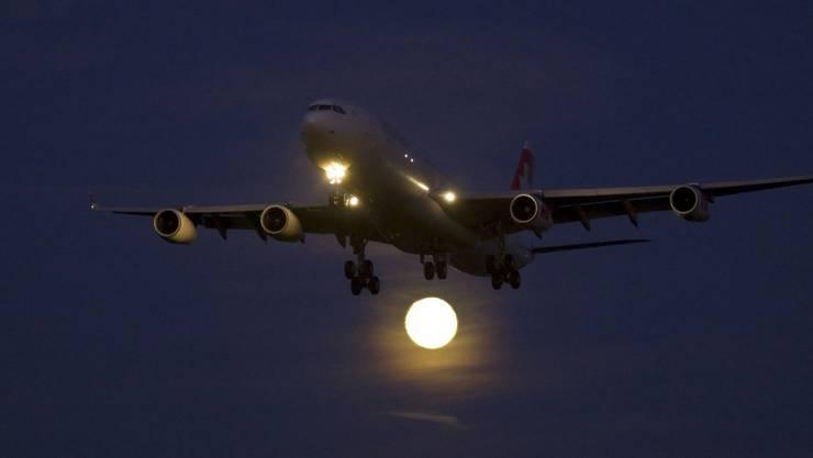 Der Flughafen Zürich verletzt die Nachtflugordnung nicht, wenn er die verspäteten Starts und Landungen bis um 23.30 Uhr zulässt. Zu diesem Schluss kommt das Bundesverwaltungsgericht in einem Urteil. (Symbolbild)