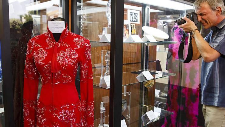 Ein Kleid von Whitney Houston in der Entertainment and Music Memorabilia Auction in Beverly Hills.