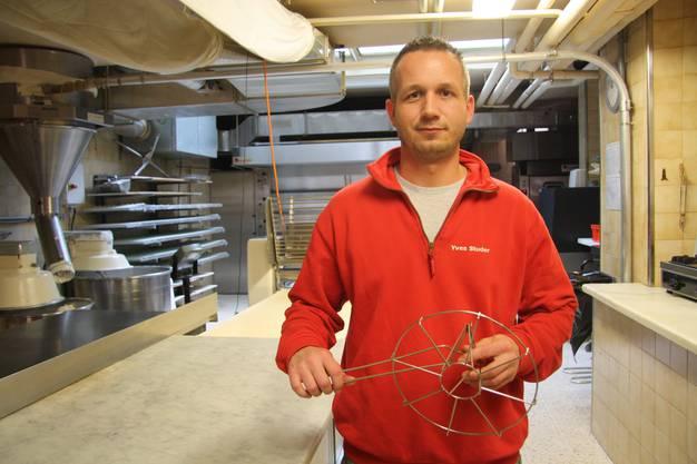 Yves Studer mit dem so genannten Stempel, der für die Wölbung der Fasnachtschüechli sorgt.