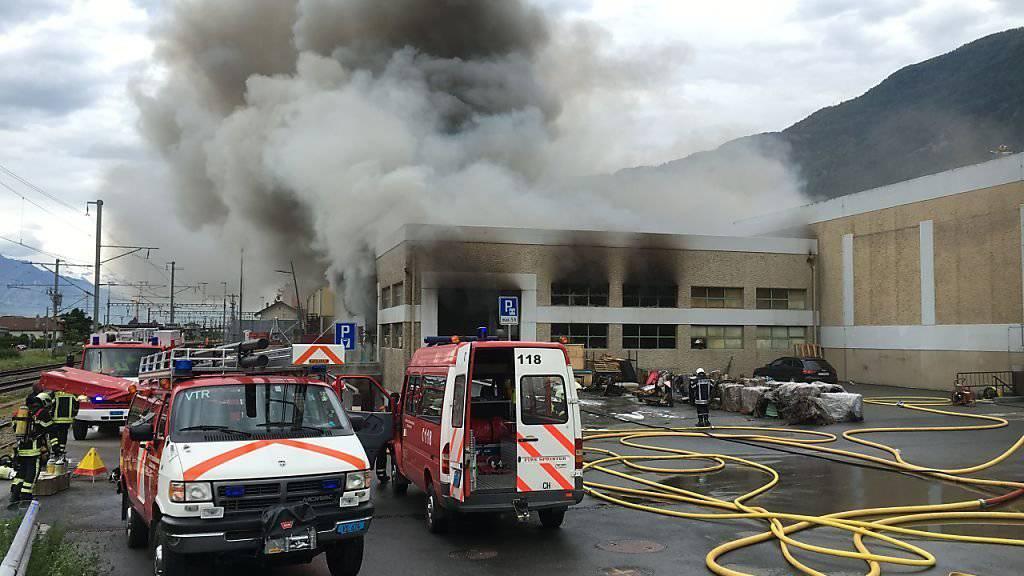 Die Brandursache ist noch unklar. Feuerwehrleute versuchen den Brand zu löschen.