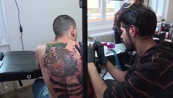 Über 56 Stunden lang verzierte Tattoo-Künstler David Garcia in Wettingen die Haut von Roberto Sanchez. Für beide eine echte Tortur.