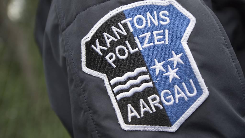 Das Logo der Kantonspolizei Aargau auf der Uniform eines Polizisten: Laut Polizei war ein 39-Jähriger betrunken in seinem neuen Tesla unterwegs, auf dem Schoss sein Kind. (Symbolbild)