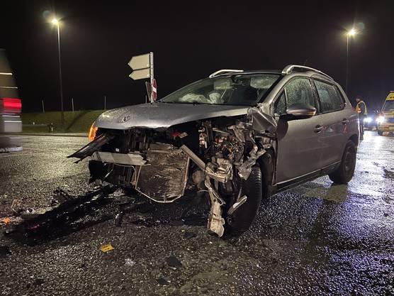 Kölliken AG, 14. Dezember: Weil ein 31-jähriger Schweizer am Samstagabend auf der Suhrentalstrasse in Kölliken den Vortritt missachtete, kam es zu einer frontal-seitlichen Kollision. Dabei verletzten sich zwei Personen leicht. Es entstand grosser Sachschaden.