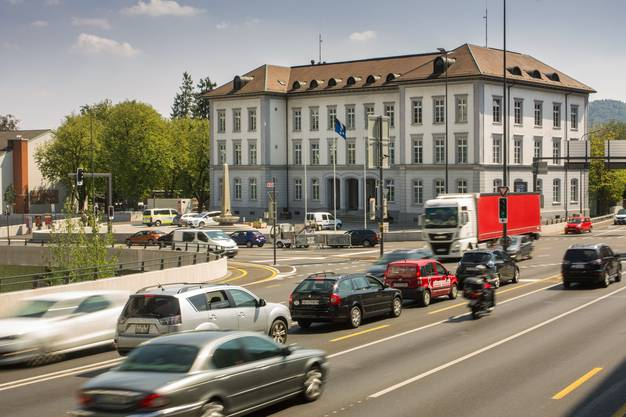 Der Schulhausplatz ist die meistbefahrene Strassenkreuzung im Kanton und eine der verkehrsreichsten der Schweiz.