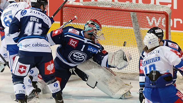 Ambri-Hüter Saikkonen hat alle Hände voll zu tun.