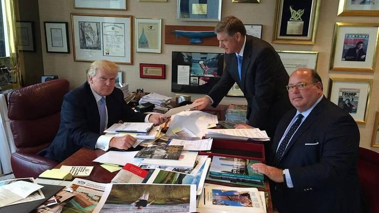 Ein Berater der ersten Stunde: Ed McMullen (rechts) mit Donald Trump (links) in dessen Büro in New York. (Archiv)