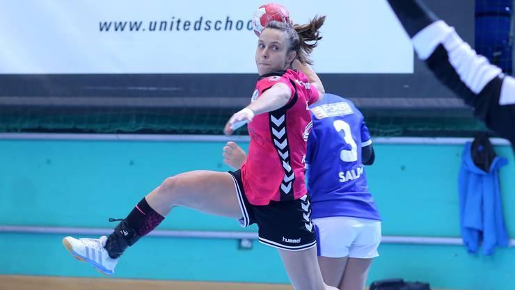 Federica Reinders von der HSG Leimental konnte sich erfolgreich gegen ihre Gegenspielerin durchsetzen.