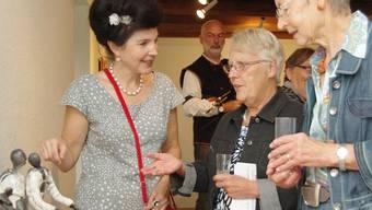 Lucia Brogle-Finatti (l.) erklärt Besucherinnen ihr Werk. HCW