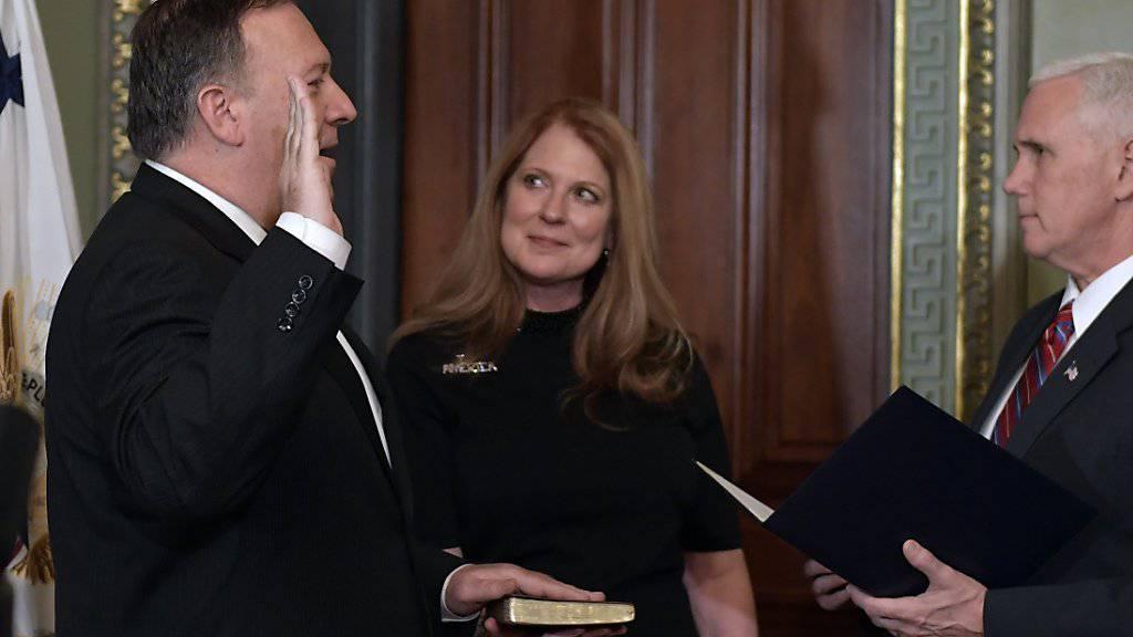 US-Vizepräsident Mike Pence nimmt dem neuen CIA-Direktor Mike Pompeo in Anwesenheit dessen Frau Susan den Amtseid ab.
