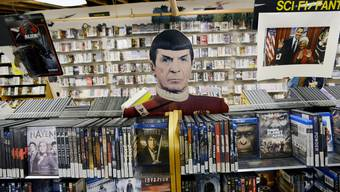 DVD- und Blu-ray-Hüllen im Neonlicht Videotheken verschwinden aus unseren Städten (auf dem Bild ein vor zwei Jahren geschlossener Laden in der US-Stadt Portland).