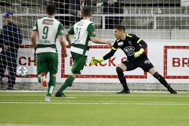 Das 2:0 erzielt Nico Siegrist per Penalty. FCA-Torhüter Nikolic bleibt ohne Abwehrchance.
