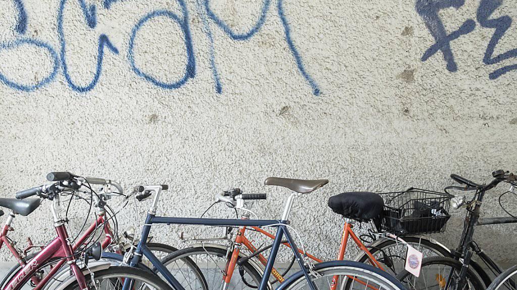 Dutzende Velos hat ein Dieb im Kanton Waadt geklaut. Die Polizei stellte 55 Fahrräder sicher. (Symbolbild)