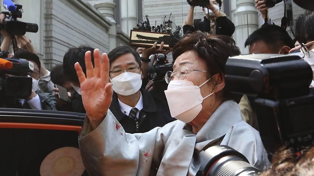 Lee Yong Soo (M), eine von 15 Überlebenden von der südkoreanischen Regierung anerkannten ehemaligen «Trostfrauen», die während des Krieges zur Arbeit in Japans Militärbordellen gezwungen wurden, spricht zu der der Presse. Foto: Ahn Young-Joon/AP/dpa