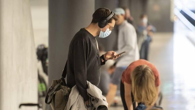 Die Maske ist im öffentlichen Verkehr nun omnipräsent.