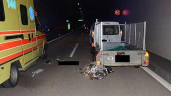 Auf der Autobahn A22 wurde der Lenker eines Pannenfahrzeugs von einem Personenwagen erfasst und schwer verletzt.
