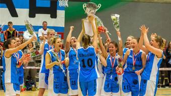 Die Basketballerinnen der Alten Kanti Aarau feiern den Meistertitel.