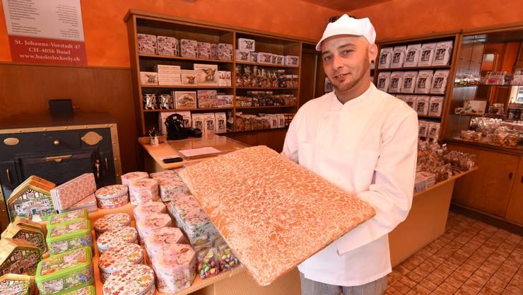 Bäcker Frank Müller mit dem Produkt der Begierde: Den Jakob's Basler Leckerly im Laden der Karl Jakob AG.