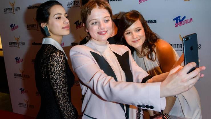 Sie gruselt sich etwas vor Selfies mit Fans, mit Kollegen sind sie aber okay: Schauspielerin Jella Haase (Mitte) mit Filmkolleginnen.