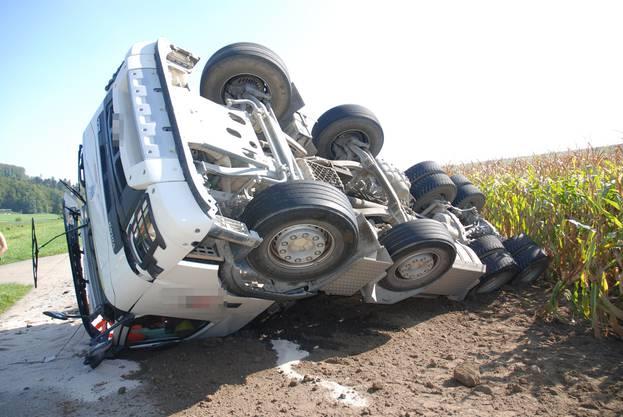 Ein Lastwagen kippte um und verlor seine Ladung. Die Strasse war für mehrere Stunden gesperrt, der Chauffeur musste leicht verletzt ins Spital.