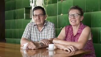 """""""Der Miststock passt nicht mehr hierher"""": Markus und Rosmarie Friedli in ihrer Wirtschaft."""