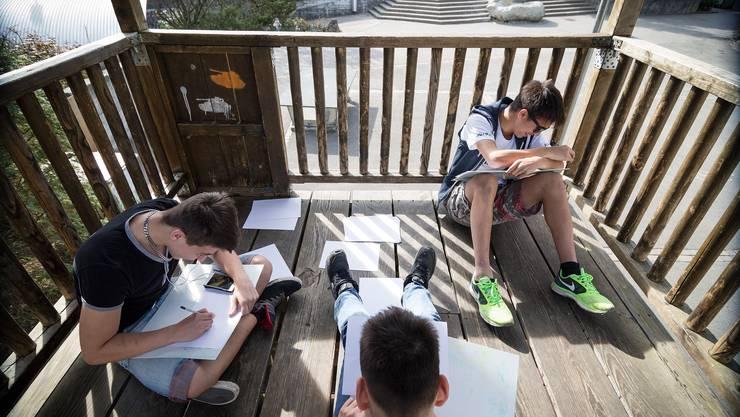 Malen an der Frühlingssonne: In Niederwil werden die Realschüler nicht in Klassen, sondern in altersdurchmischten Gruppen unterrichtet. Das System gilt als das innovativste im Aargau.