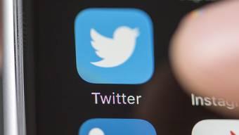 Twitter will kontroverse Inhalte in der Timeline weniger sichtbar machen und missbräuchliche Antworten weniger prominent darstellen beziehungsweise ausblenden. Das ist einer von drei Schritten, die der US-Kurznachrichtendienst gegen Spam und Hass im Netz ankündigte.