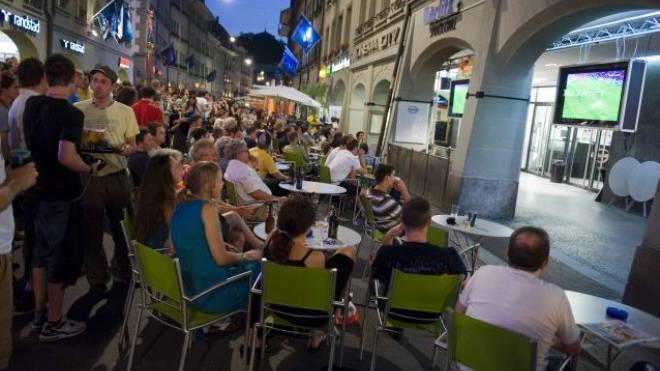 Heisse Sommernächte: Public Viewing in Bern bei der EM 2008. Foto: Keystone