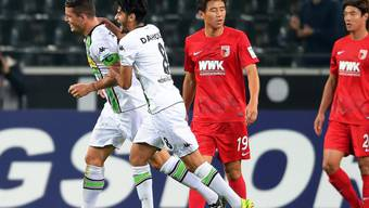 Granit Xhaka (ganz links) feiert seinen Treffer gegen Augsburg