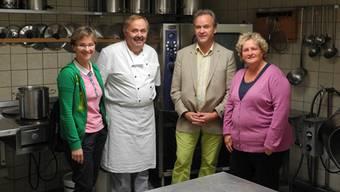 Gemeinderätin Susanne Gmünder Bamert, der neue Koch Manfred Krin, Schulleiter Peter Boss und Betriebsleiterin Marianne Suter (v. l.) halten am Konzept fest, selber täglich frisch zu kochen.