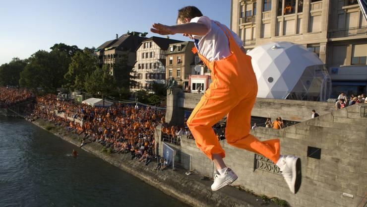 Ein Holland-Fan genehmigt sich vor dem Viertelfinal gegen Russland eine Abkühlung im Rhein.