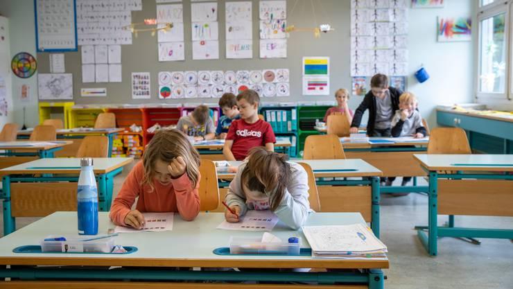 In Therwil wurde ein Schüler der Primarschule positiv auf das Coronavirus getestet. Die anderen Schüler seiner Klasse und die Lehrpersonen müssen aber nicht in Quarantäne. (Symboldbild)