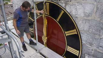 Die revidierte Kirchturmuhr in Oberdorf wird montiert