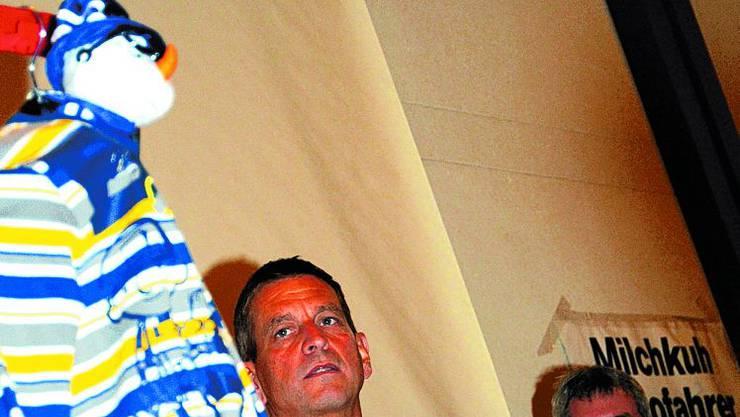 In hoc signo vinces ...: Die SVP tagte unter dem Kreuz im Matzendörfer Pfarreizentrum. Und wie die FdP-Stimmen geholt werden sollen, erläuterte Wahlkampfleiter Manfred Küng (Bildmitte). Rechts Parteipräsident Heinz Müller, links «der freisinnige Wähler». (Ueli Wild)