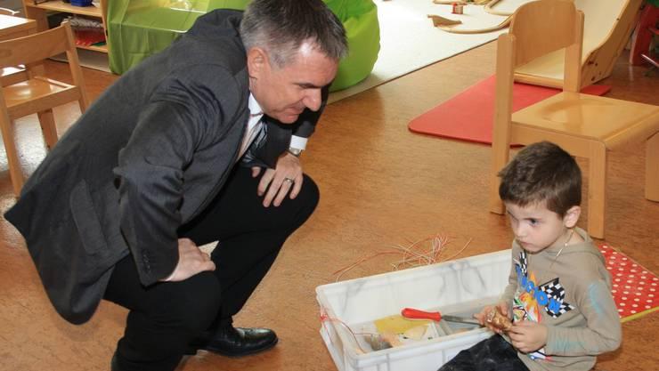 Bildungsdirektor Alex Hürzeler beim Besuch eines Kindergartens in Holziken.
