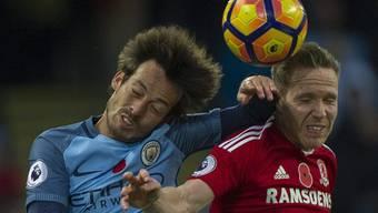 Zweikampf in der Luft zwischen Citys David Silva und Middlesbroughs Adam Forshaw