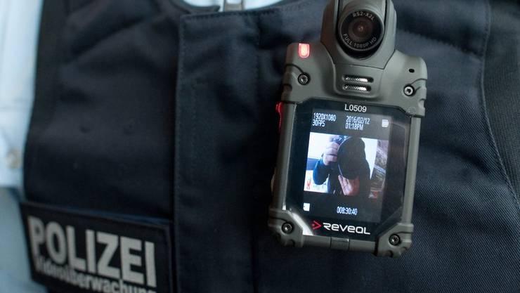 Ein Polizist ausgerüstet mit einer Bodycam.